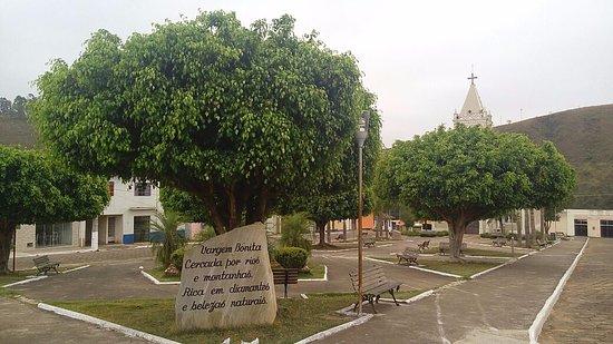 Igreja Matriz de Sao Francisco: Praça com igreja