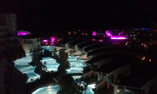Cornelia Diamond Golf Resort & Spa: Vue de la chambre vers 21h00