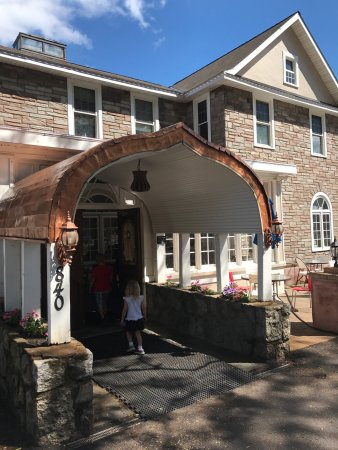Bear Mountain Pizza & Cafe @ The Historic Old Oak Inn