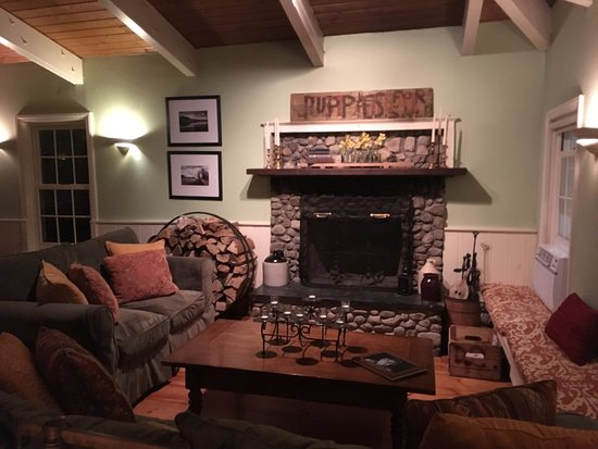 Red Clover Inn & Restaurant : Inviting, warm seating by fireplace if you need to wait for your table or enjoy a few drinks