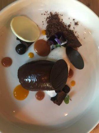 Golbey, France : Dessert: Variation autour du chocolat, coulis de mangue, caramel...