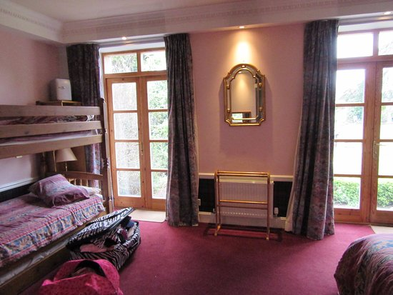 Dalkeith, UK: Huge room with Queen bed and bunk beds and access to backyard and patio!