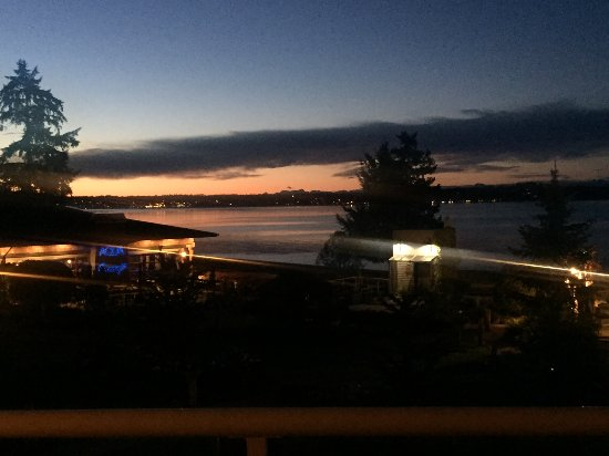 Courtenay, Kanada: Night time from our balcony