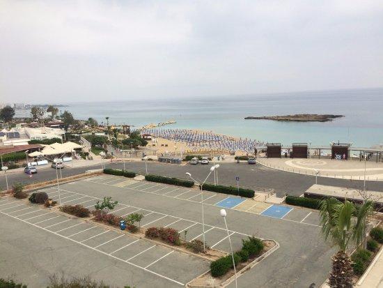Astreas Beach Hotel Apartments: вид с крыши на стоянку и пляж Fig tree