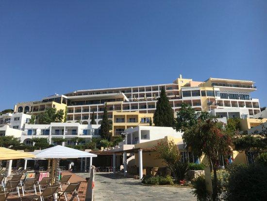 Dolce Attica Riviera: Vue générale de l'hôtel entre la piscine et la plage