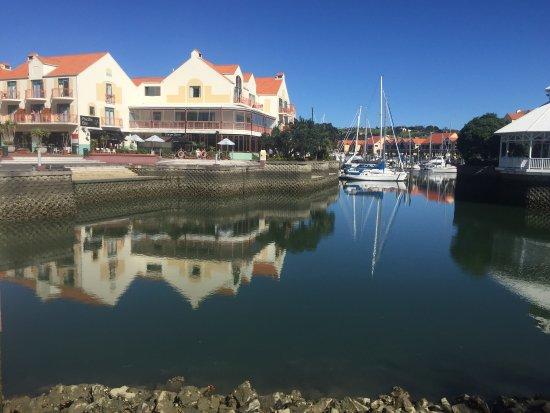 Gulf Harbour Lodge: Erittäin kauniilla paikalla oleva hotelli sekä pieniä ravintoloita,alueella on myös kauppa.