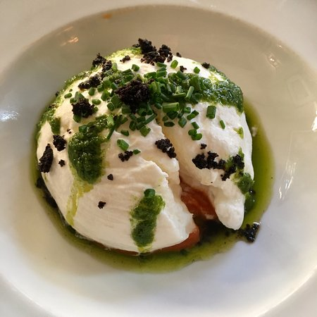 Gourmandises : egg whites over puréed tomato
