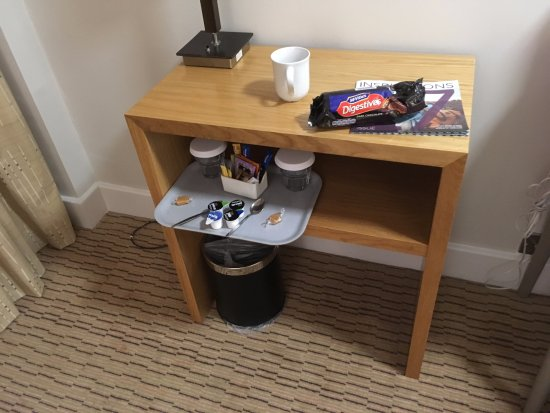 Willerby, UK: Tea and coffee but no socket to plug in kettle