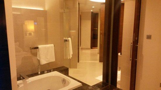 شيراتون دبي مول فندق الإمارات: Bathtub (to small) :-(