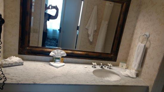 Gaslamp Plaza Suites: Banheiro enorme e cheio de amenidades