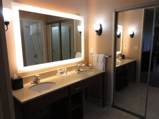 Richland, WA: Bathroom with 2 queen bed room