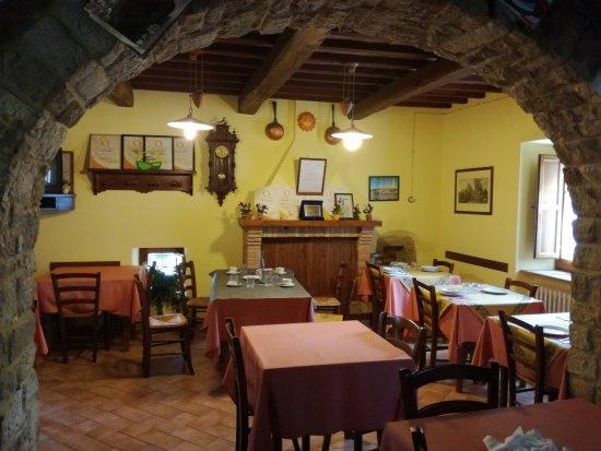 Fiastra, Italien: La sala da pranzo - cucina dove abbiamo cenato (e chiacchierato con i proprietari)
