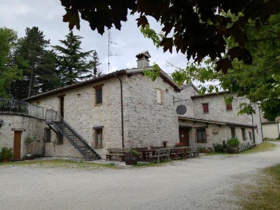 Fiastra, Italien: L'esterno dell'agriturismo: la scala porta alle 3 camere