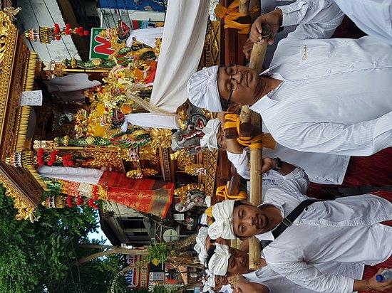 Satriya Cottages: Cerimonia suggestiva vista  lungo Pantai Kuta vicino  all' hotel