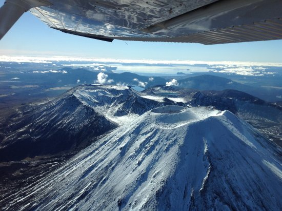 Tongariro National Park, New Zealand: Over the peaks