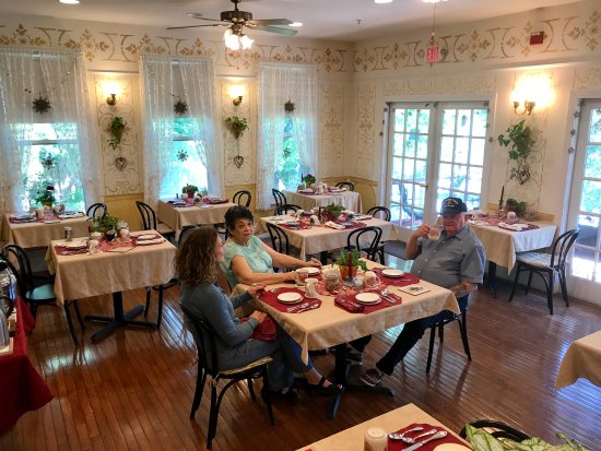 New Hope's 1870 Wedgwood Bed and Breakfast Inn: Large dining room is light and airy at Wedgwood Inn, New Hope, Bucks County, Pa