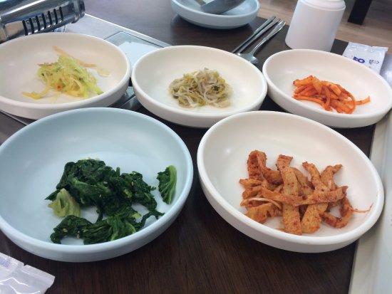 Pohang, เกาหลีใต้: 반찬 5첩으로 준비중