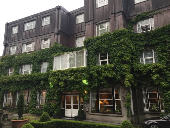 Ennis, Ireland: Outside look at hotel