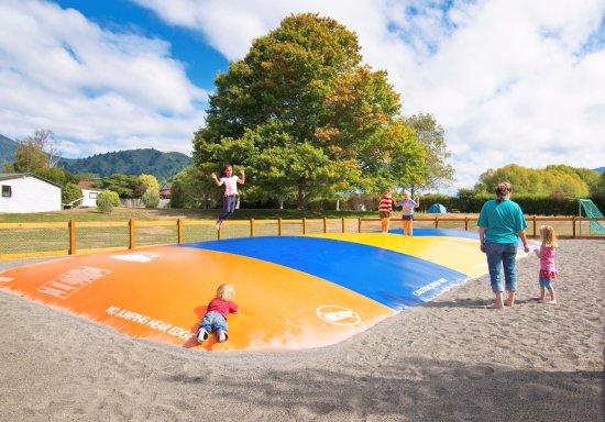 Waikawa, Nueva Zelanda: The mega jumping pillow