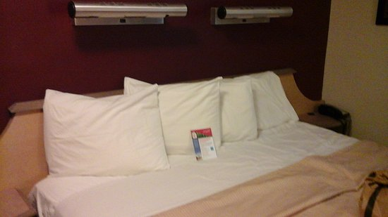 Red Roof Inn Erie: Bed
