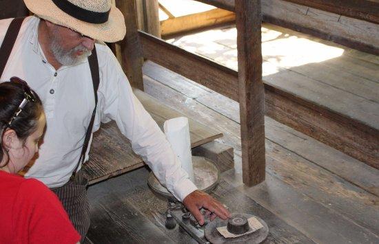 Τίφτον, Τζόρτζια: Learning about weight and product quality at the old grist mill.