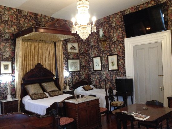 Stone House Musical B&B: Master bedroom features rosewood queen tester bed and twin bed.