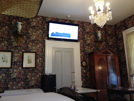 Stone House Musical B&B: Master bedroom features Old Paris bird painted urns and huge TV.