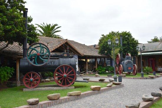 Santa Cruz, Chile: Patio de las locomotoras y trenes. Agradable zona al aire libre con réplica de una estación de t