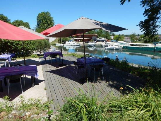 Fourques-sur-Garonne, França: La terrasse au dessus du canal