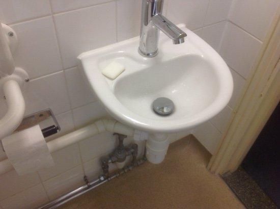 Upton St Leonards, UK: Minute wash basin in 225