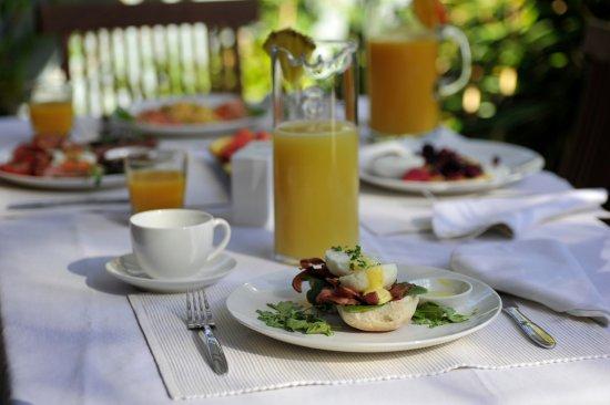 Trigg, Australien: outside table set for breakfast or optional inside breakfast room