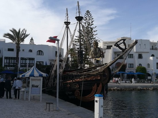 Gouvernement Tunis, Tunesië: Un bateau pirate proposant son excursion