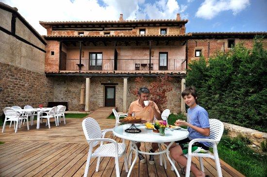 La Casa Grande De Albarracin: Zona de terraza y jardín