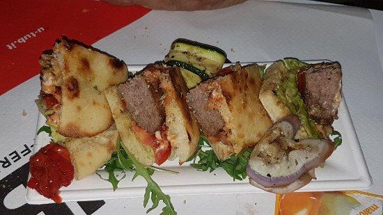 Acitrezza, Italia: Puccia con hamburger