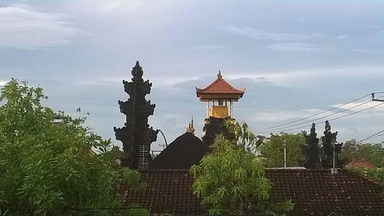 Puri Rama Homestay: I got on the roof top and took this pic of the temple next to the homestay