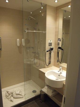 H2 Hotel Berlin Alexanderplatz: alles tipp-topp: Tolle Dusche, ca. 120 x 60 cm (geschätzt)