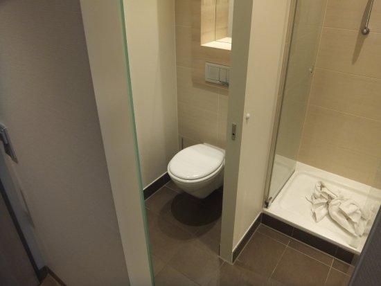 H2 Hotel Berlin Alexanderplatz: WC separat und ebenfalls sehr sauber