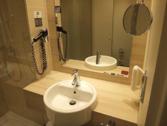 H2 Hotel Berlin Alexanderplatz: Waschbeckenbereich: prima beleuchtet und endlich mal ordentlich Ablageflächen (oft ein Problem..