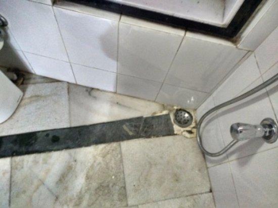 Central Hill Resort Gangtok: dirty bathroom