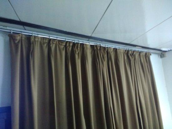 Central Hill Resort Gangtok: dirty brown curtain
