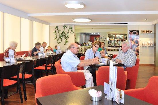 Willisau, Schweiz: Modern und grosszügiger Cafébereich.