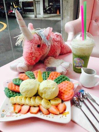 Bunte Regenbogenwaffeln mit Einhornsyrup und Matcha Latte 🦄