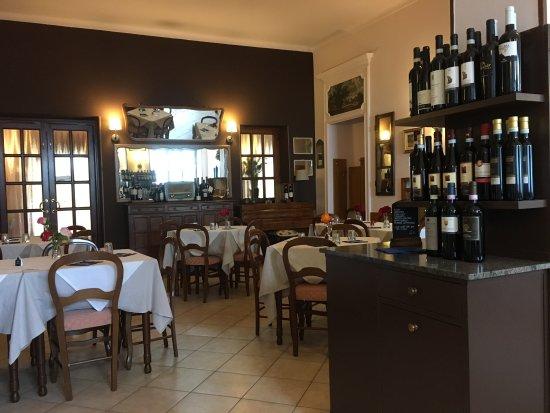 Vignale Monferrato, Italy: Trattoria Serenella dining room - nice!