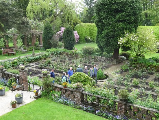 Lastingham, UK: gardens behind hotel