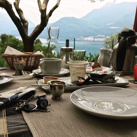 Casa Del Poggio Solivo: Breakfast with a view, should have taken a photo before we demolished it all!