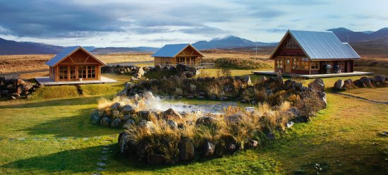 Varmahlid, أيسلندا: The cottages are nestled around a natural stone hot spring