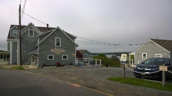 Topside Inn: Edificio principal y otros