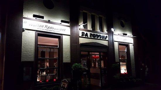 Horley, UK: Outside of restaurant at night