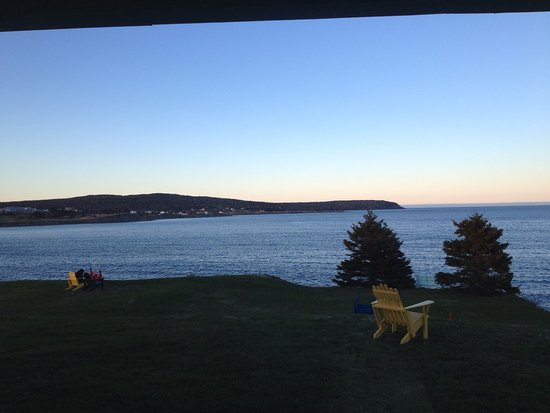 Witless Bay, แคนาดา: the front lawn - the photo captures about 25% of the view - more both ways. Also a deck not in p