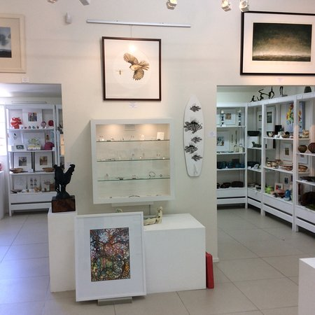 Oxford, New Zealand: Setting up a new exhibition.  Gallery shop in backdround